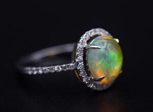 anillo con ópalo