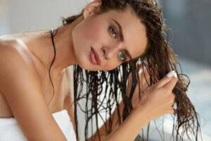 aplicar el refresco al cabello